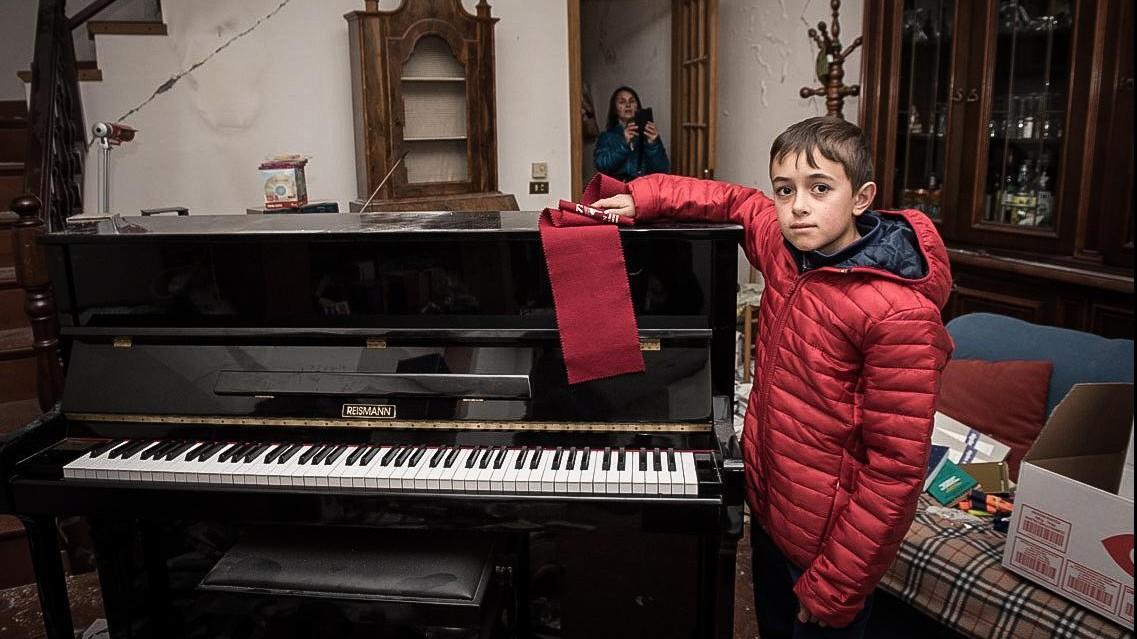 FOTO Norcia, il piccolo sfollato e un pianoforte da salvare