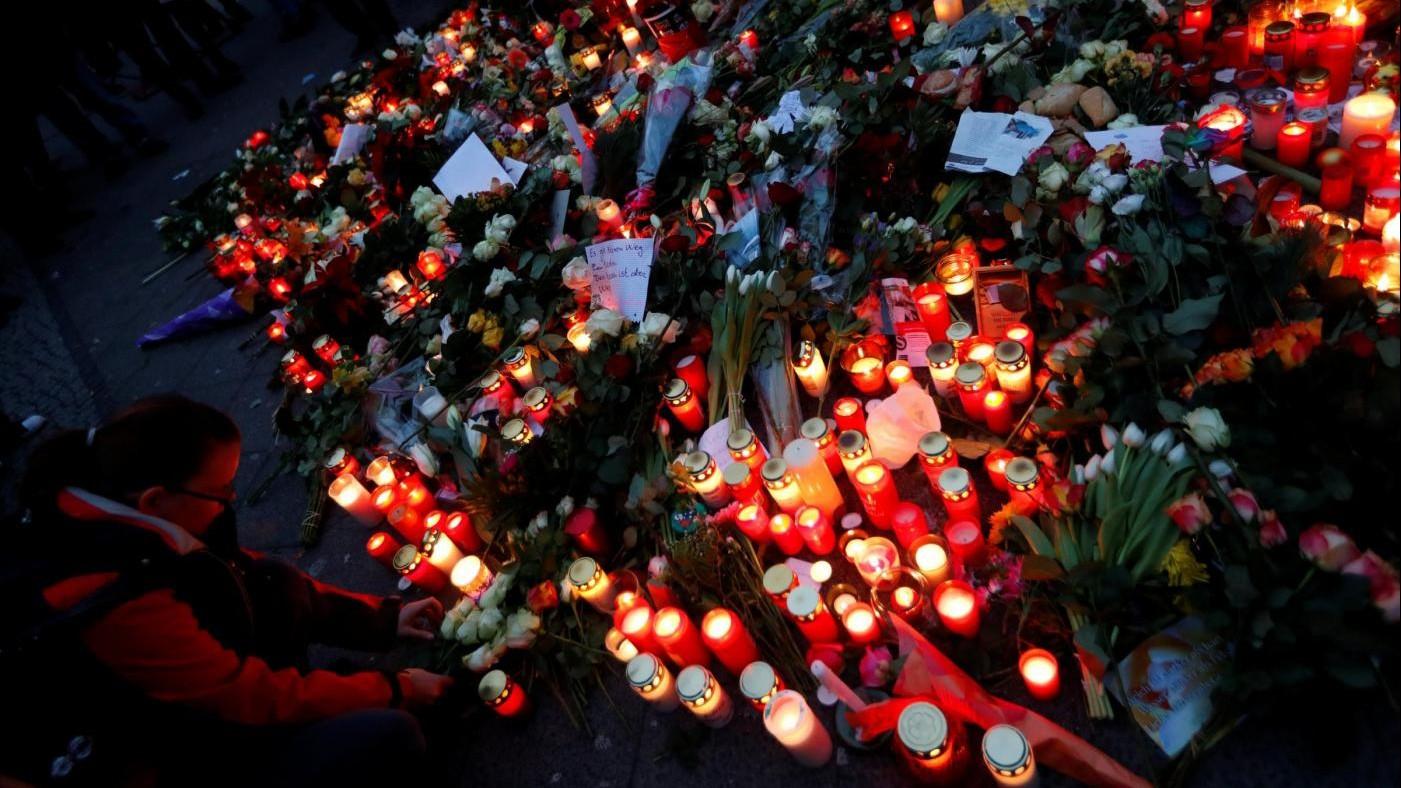 Berlino, l'Isis rivendica la strage al mercatino di Natale