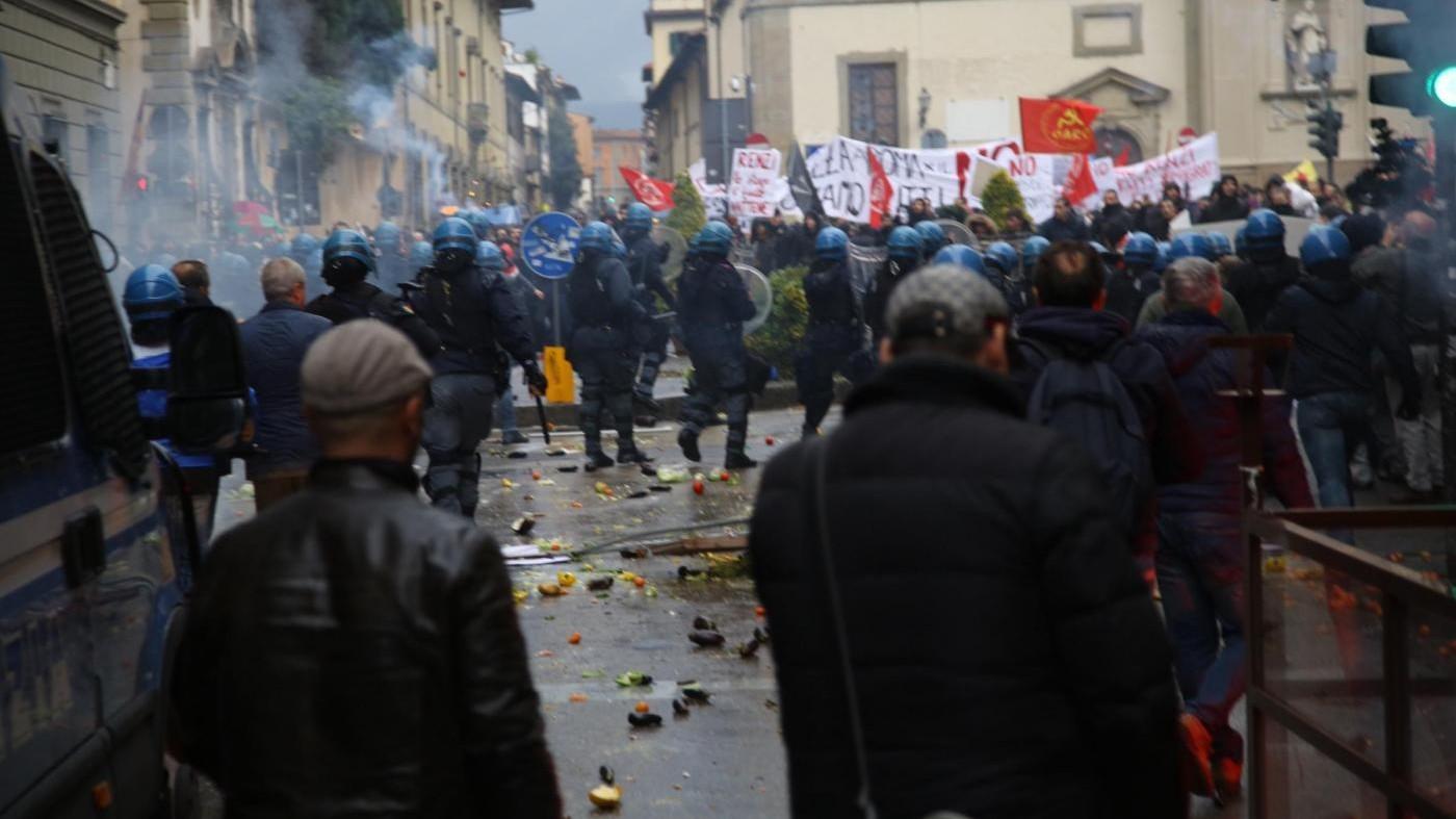 FOTO Firenze, scontri tra polizia e manifestanti anti-Leopolda