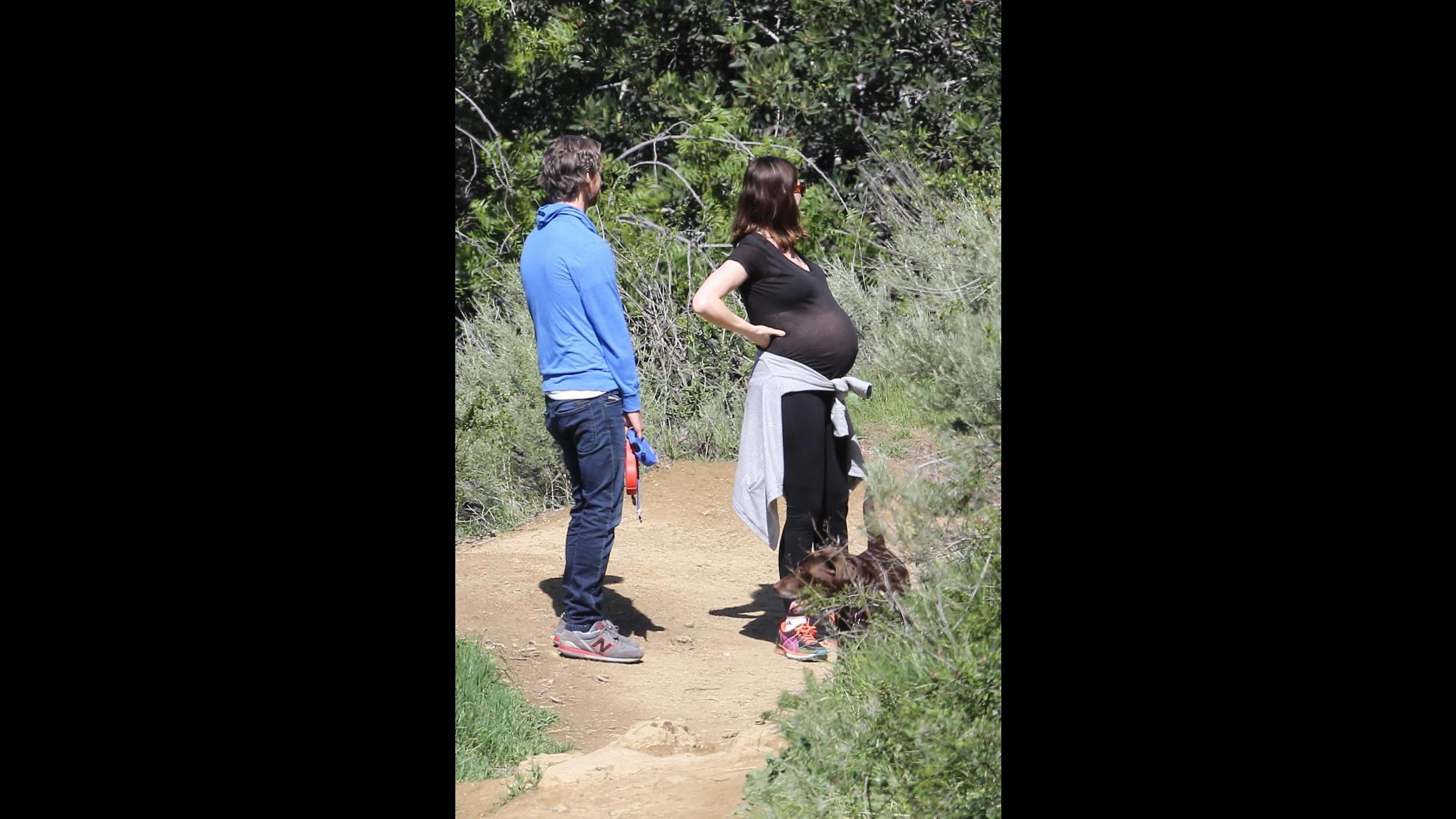 Anne Hathaway a passeggio col pancione