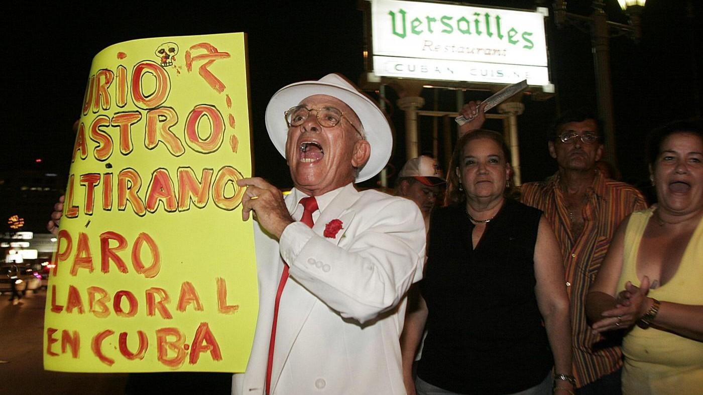 Esuli cubani festeggiano la morte di Fidel a Miami