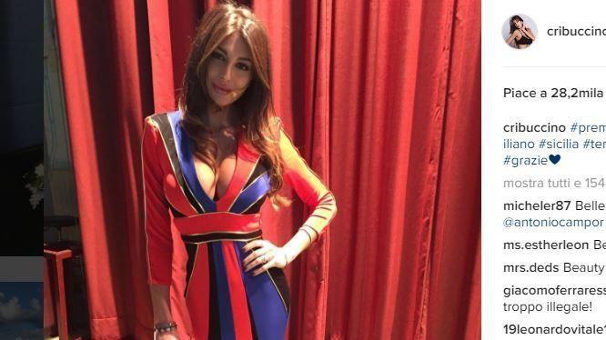Cristina Buccino 'esplosiva' in abito rossoblù: scollatura da urlo