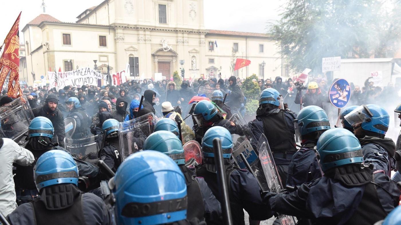 Leopolda, scontri tra polizia e manifestanti in corteo anti-Renzi