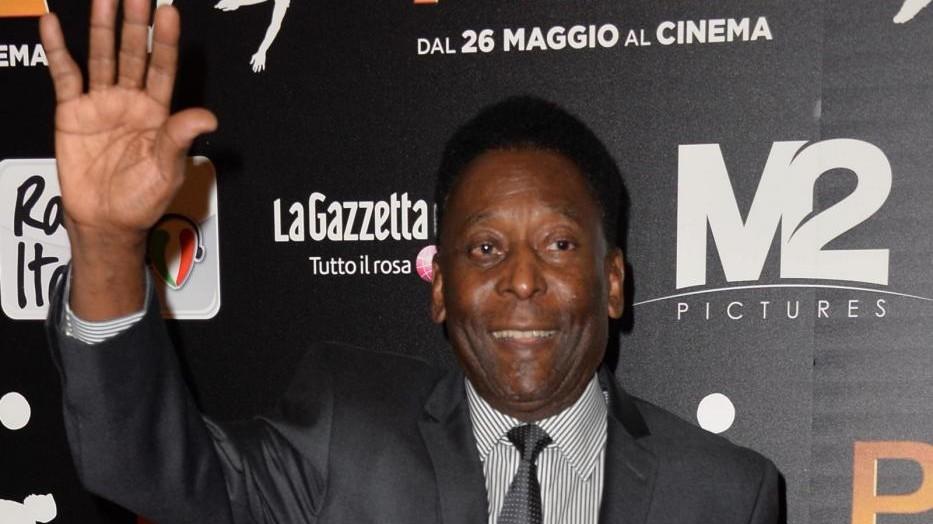 Ex calciatori e vip alla prima a Milano del film su Pelé