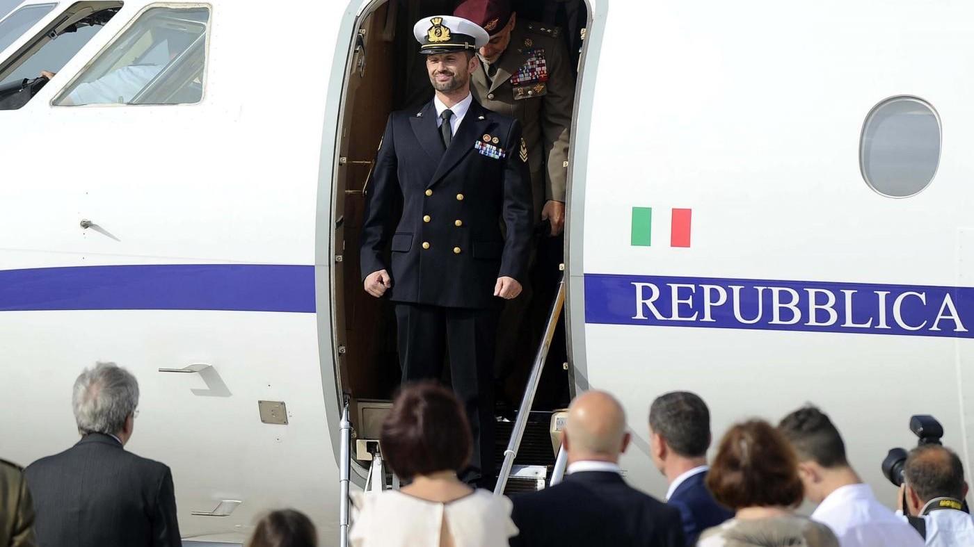FOTO Il marò Girone atterra a Ciampino accolto da Pinotti