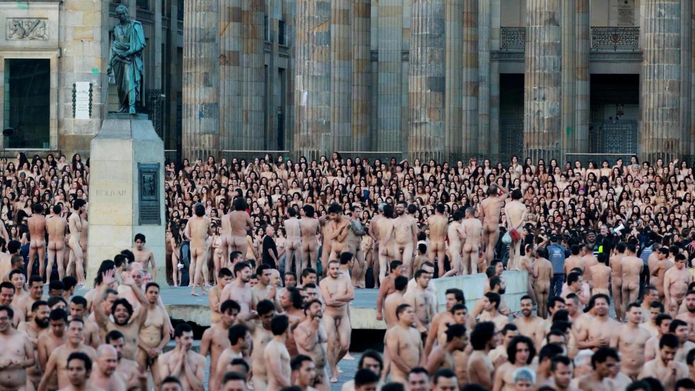 FOTO Bogotà, tutti nudi in piazza per lo scatto di Spencer Tunick