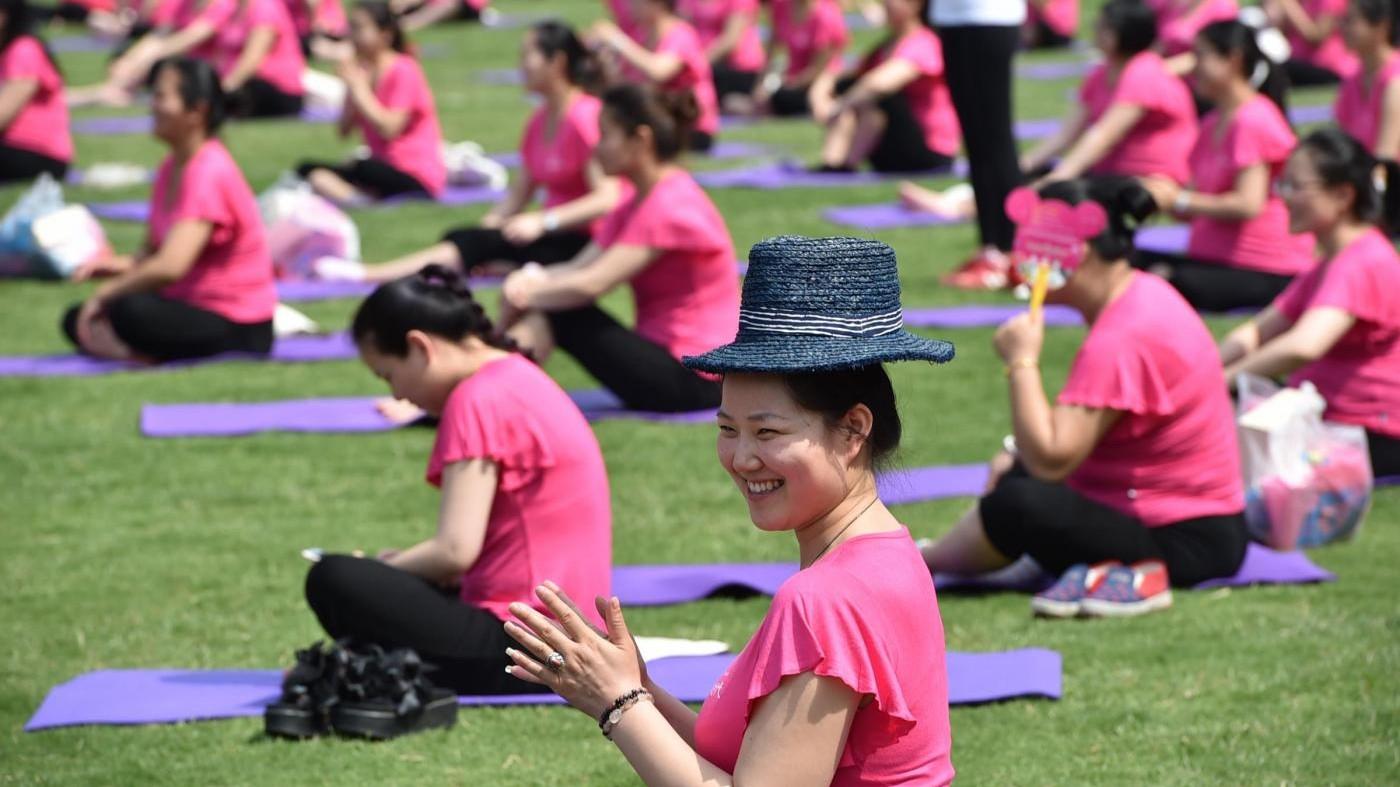 Cina, yoga di gruppo per più di 900 donne in gravidanza
