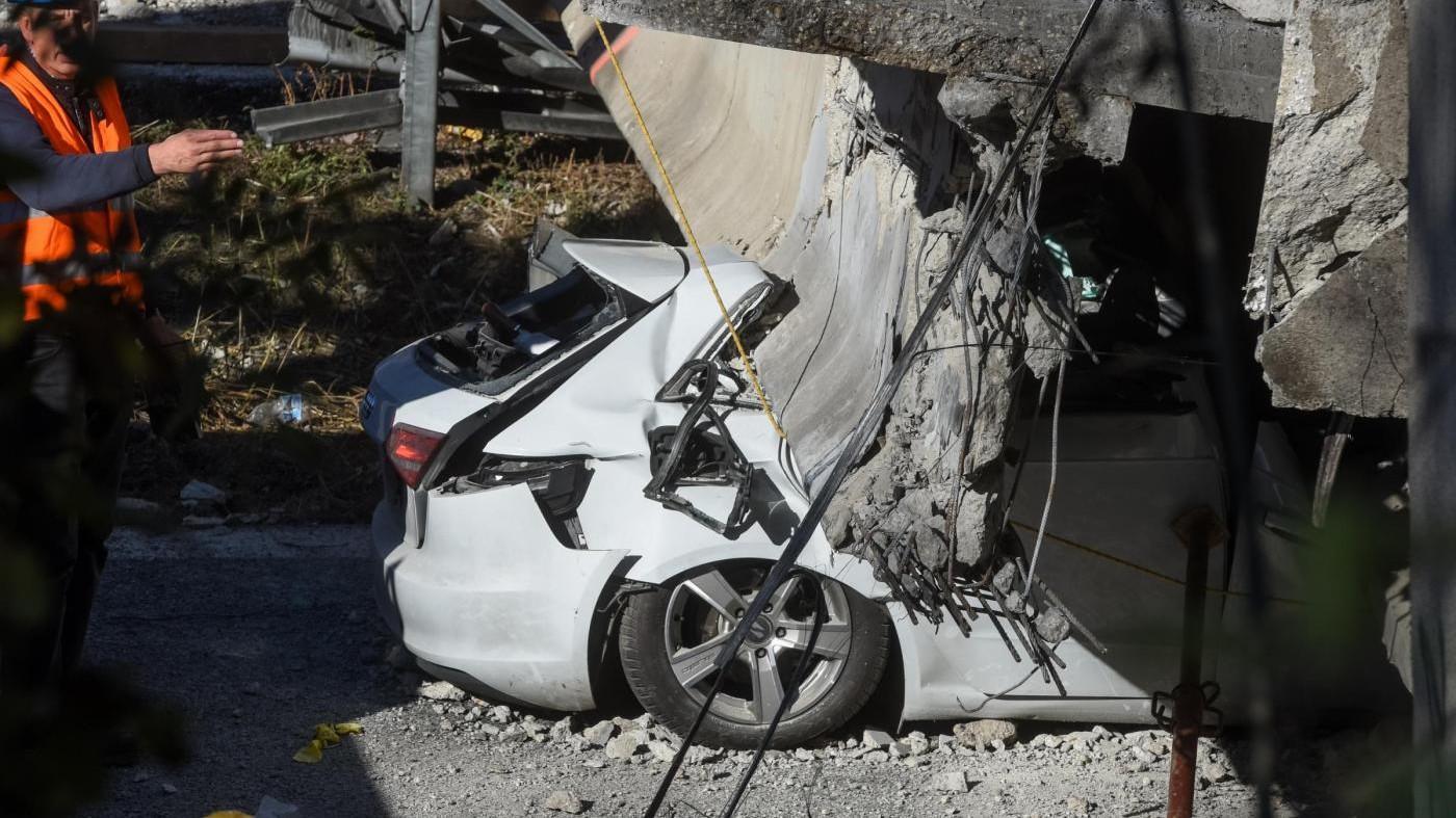 Crolla cavalcavia a Lecco: ecco il momento in cui cede il ponte