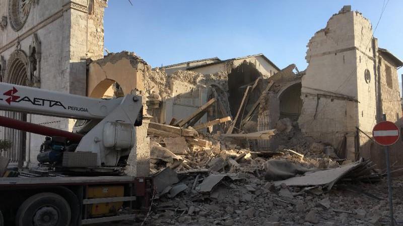 Terremoto, monaci Norcia su Twitter: Basilica crollata, noi stiamo bene