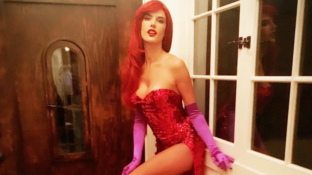 Halloween si fa hot,  Alessandra Ambrosio nei panni sexy di Jessica Rabbit