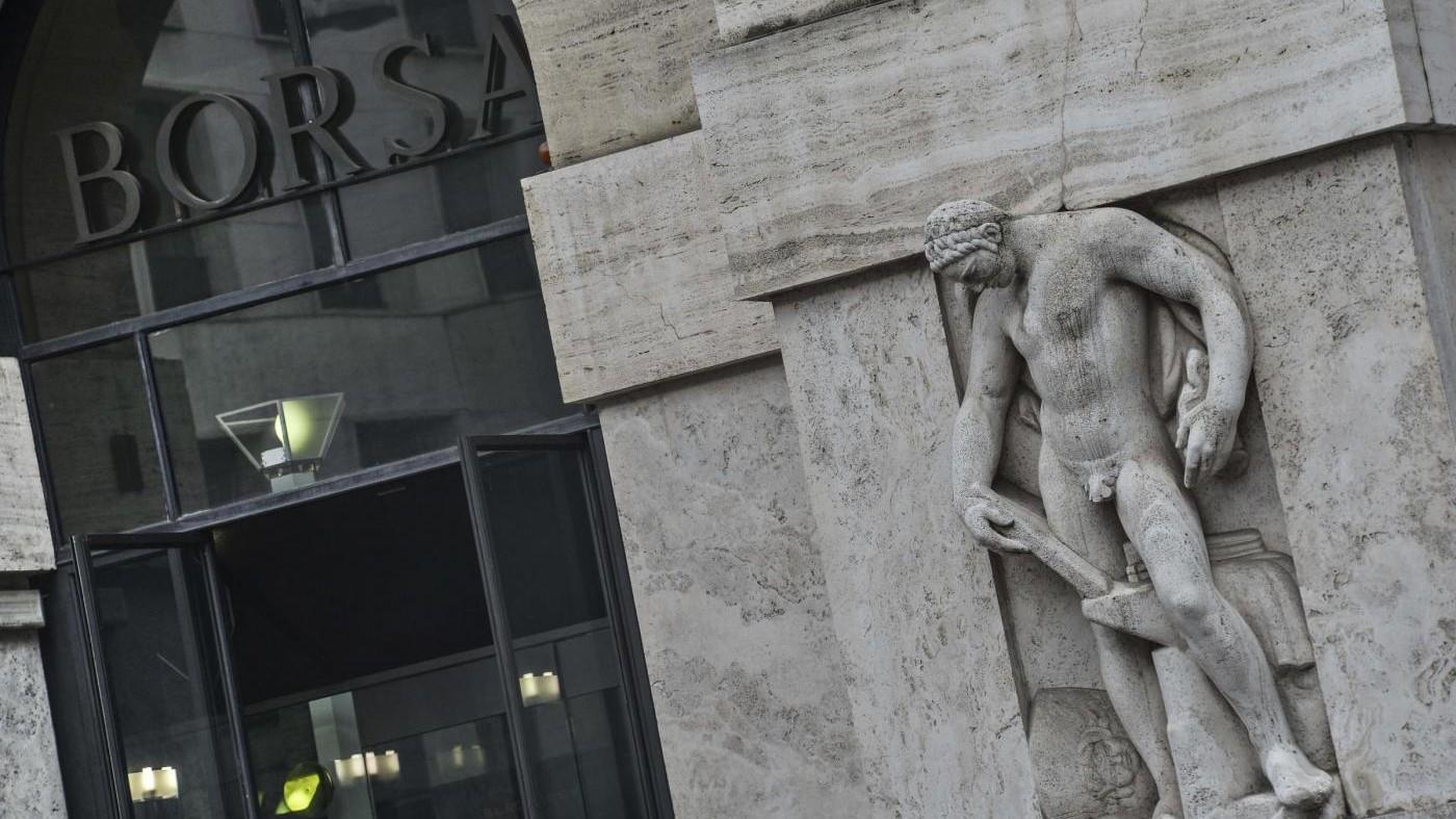 Borsa, Milano chiude in calo: giù Mps, brillante Luxottica