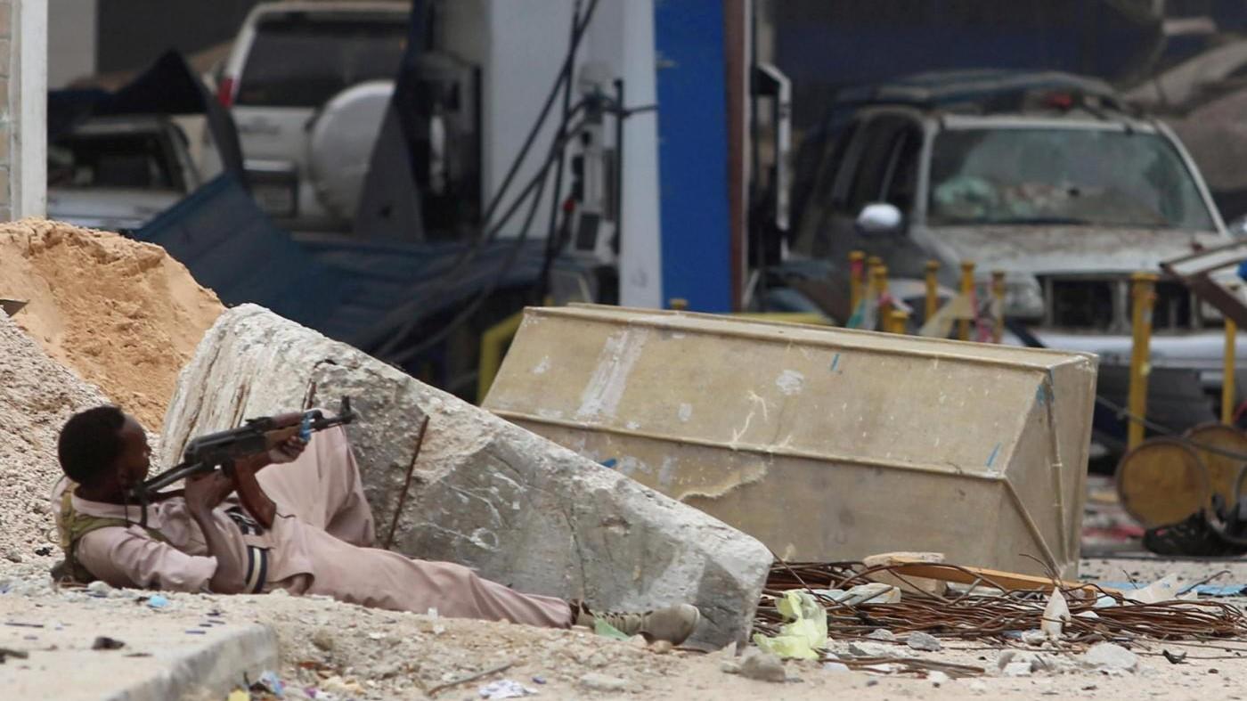 FOTO Militanti Al Shabaab attaccano un hotel a Mogadiscio