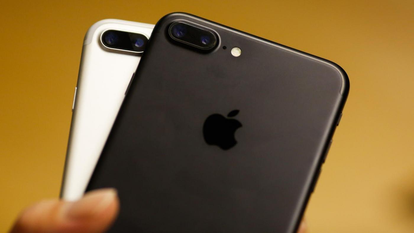 Francia, 'strage' in Apple Store: 30enne distrugge decine di iPhone VIDEO