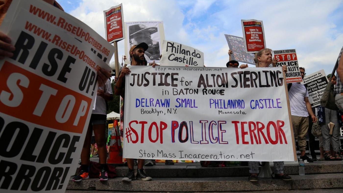 Usa, cartelli e bandiere in fiamme: proteste dopo violenze agenti