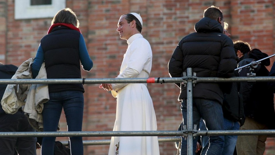 Jude Law sul set 'The Young Pope' ©LaPresse/Reuters