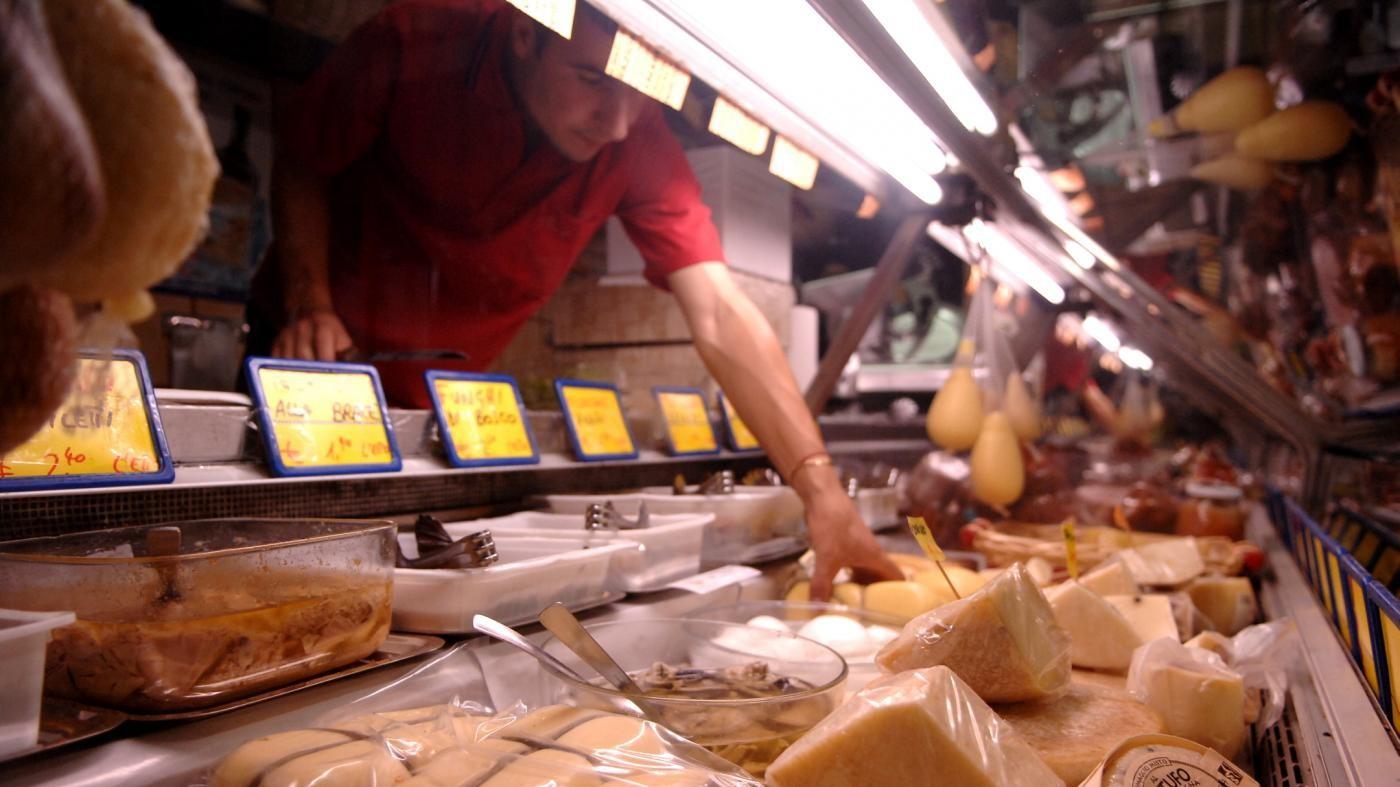 Oltre 4 italiani su 10 mangiano cibi scaduti, spesso da più giorni