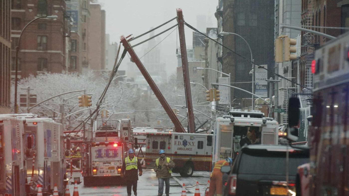 New York, crolla una gru a Manhattan