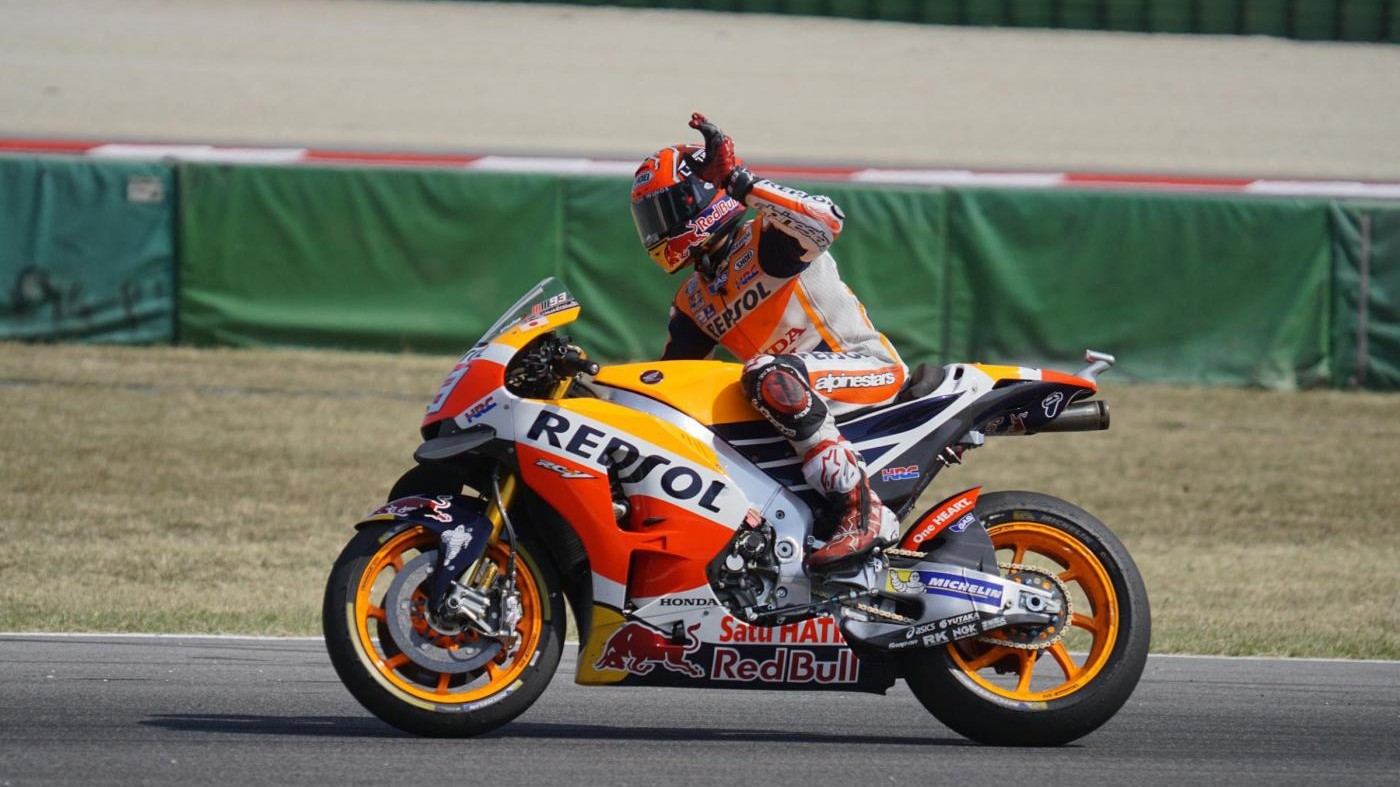 MotoGp, si scaldano i motori: Marquez leader nel warm up