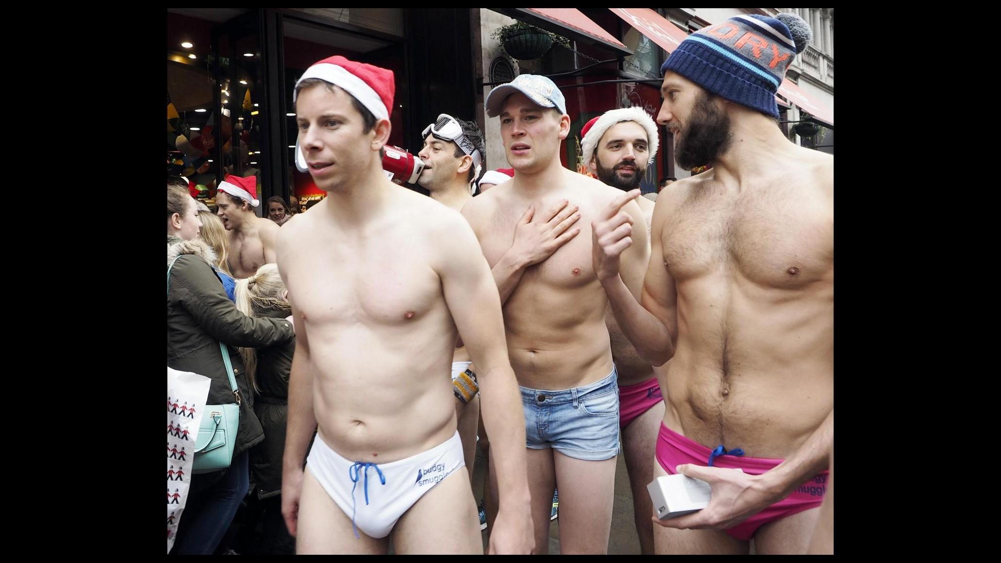 Londra, tutti in costume da bagno per la corsa di beneficenza