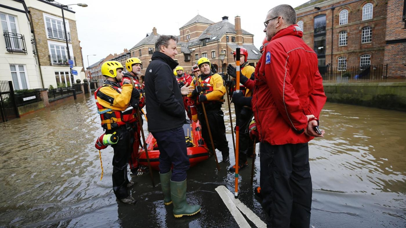 Gran Bretagna, David Cameron in visita nelle zone colpite dalle inondazioni
