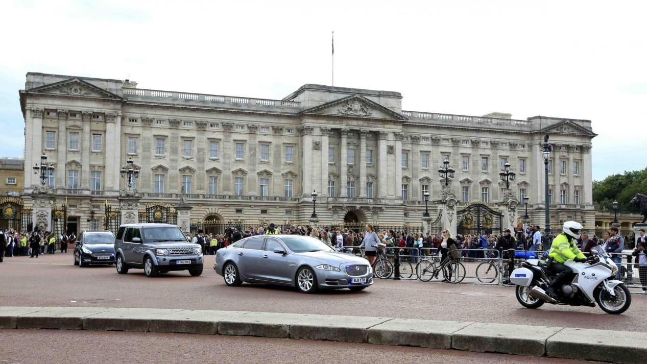 Elicottero ambulanza atterrato poco fuori Buckingham Palace