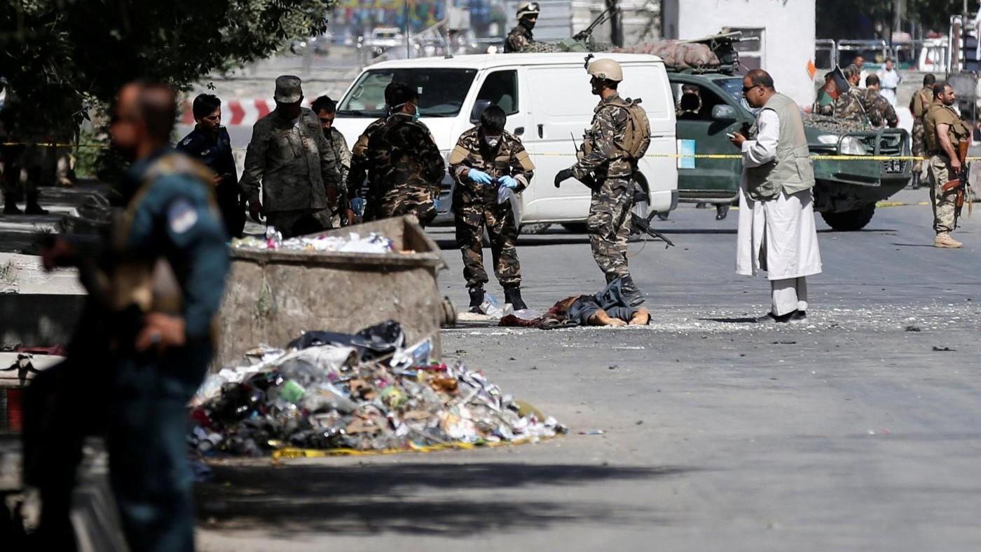Kabul, attacco compound: morti attentatori, talebani rivendicano
