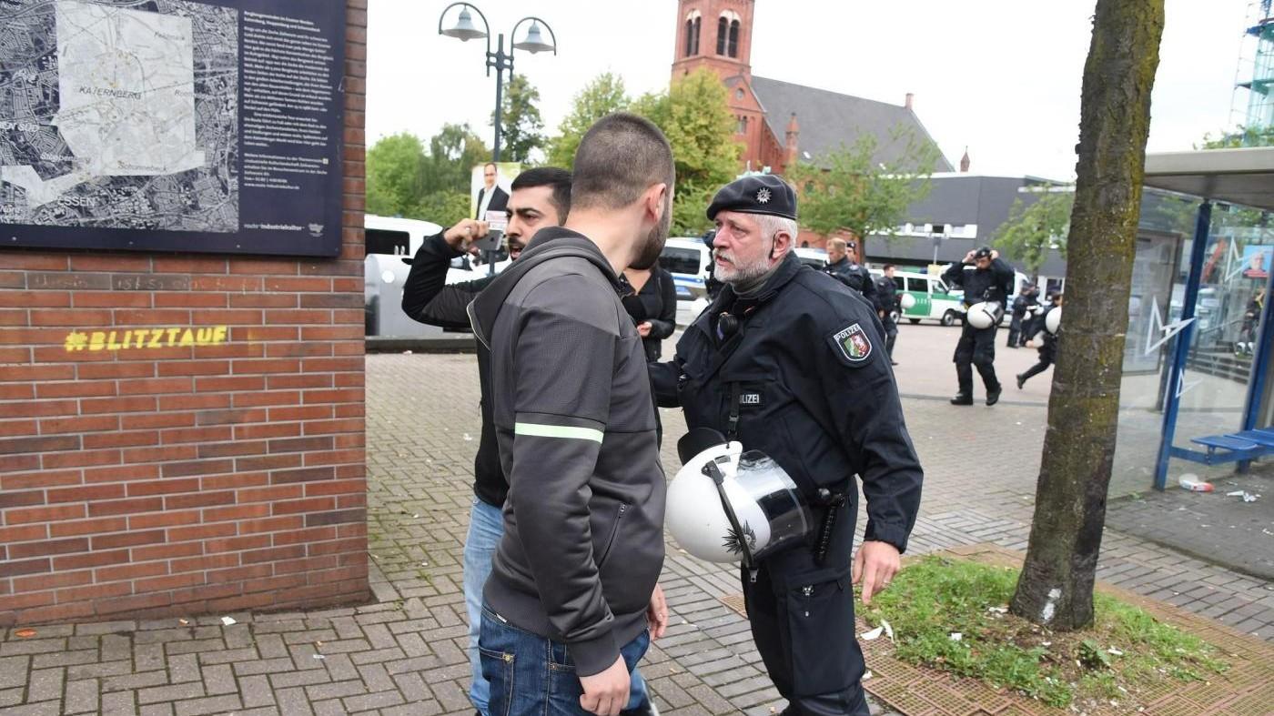 Germania, arrestato uomo barricato in ristorante