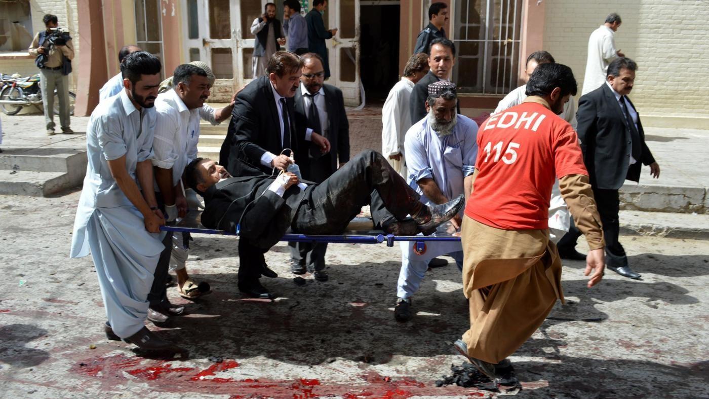 Pakistan, fazione talebana e Isis rivendicano attacco a Quetta