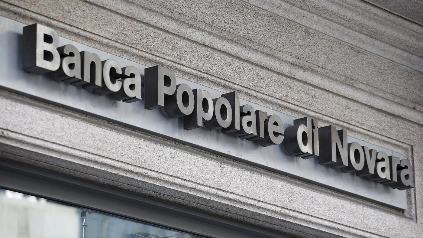 Milano, entrano in banca dalla fognatura: caccia a banda del buco