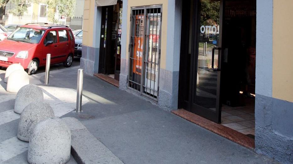 Milano, picchiano uomo a sangue mentre compra sigarette: 4 arresti