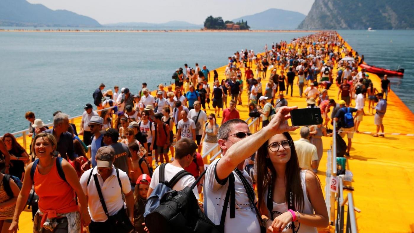 Christo: Con 'The floating piers' 1,5 milioni hanno camminato su acqua