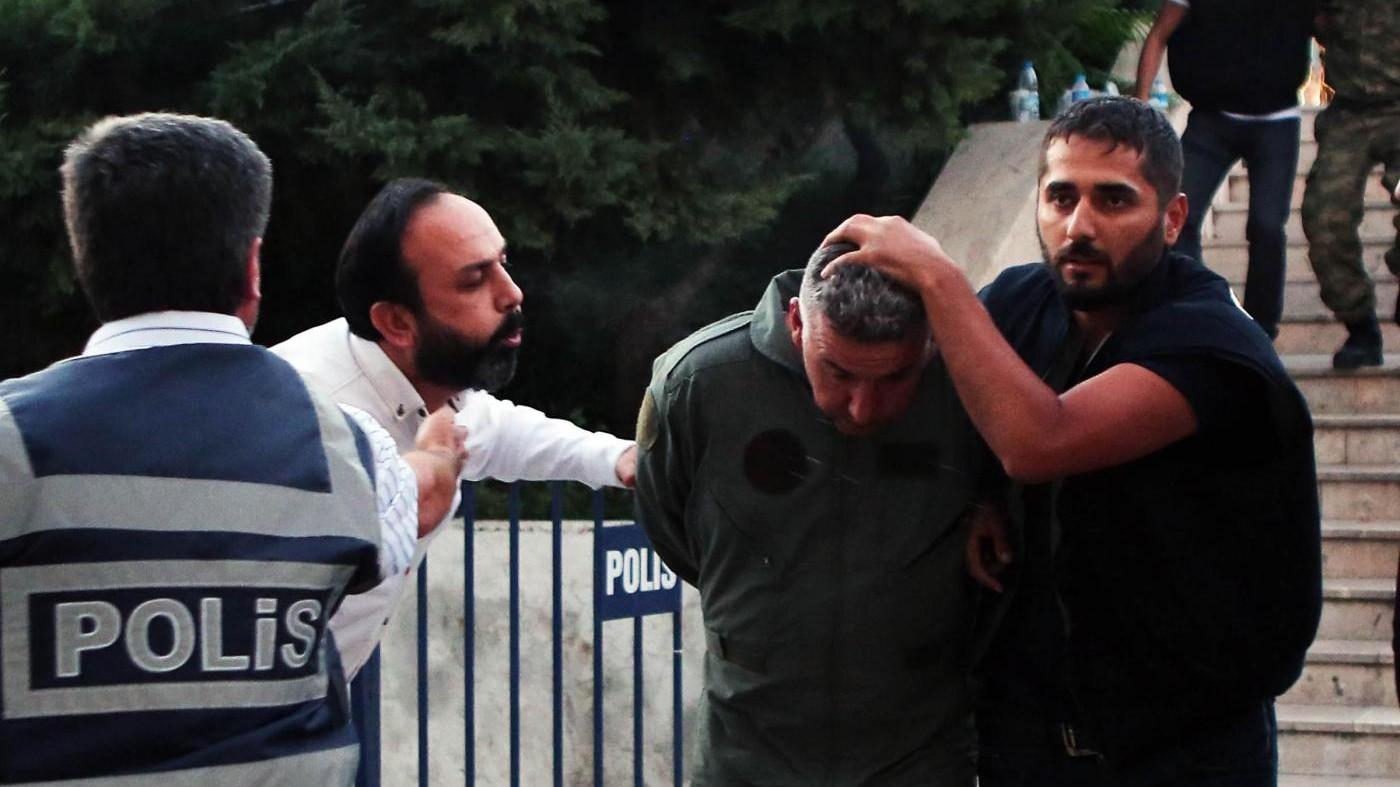 Turchia, Erdogan: Se Parlamento approverà pena morte io darò ok