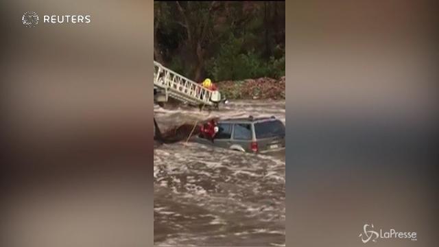 Inondazioni in Colorado, il salvataggio di un uomo e del suo cane bloccati in auto