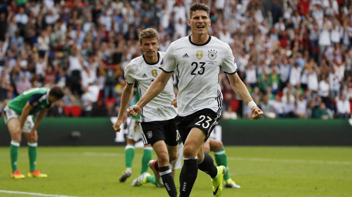 Euro 2016, Gomez lancia Germania. Passa anche Irlanda del Nord
