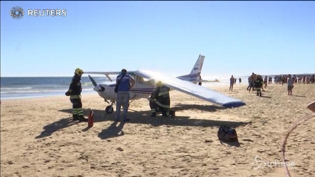 Portogallo: atterraggio d'emergenza su una spiaggia, due morti