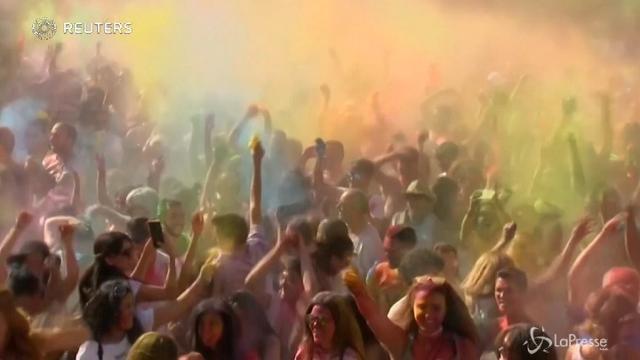Madrid, tutti i colori del festival indù Monsoon Holi