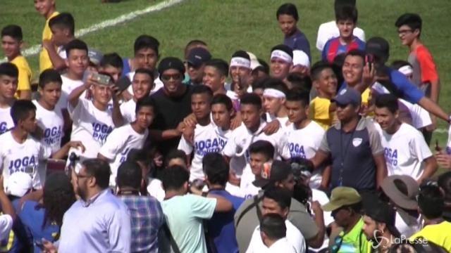 El Salvador: Ronaldinho incoraggia bambini e adolescenti