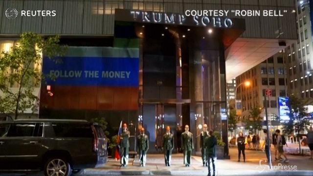 Attivisti a New York: l'ironica parata al Trump SoHo Hotel