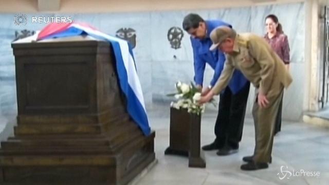 VIDEO Maduro e Raul Castro fanno visita alla tomba di Fidel