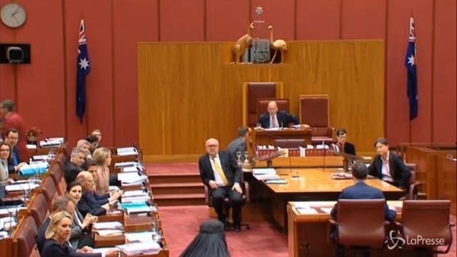 Australia, senatrice in Parlamento col burqa: Va bandito