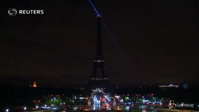 VIDEO Torre Eiffel si spegne in ricordo vittime di Barcellona