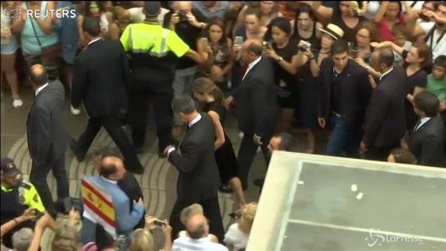 Barcellona, il re e la regina di Spagna al memoriale sulla Rambla