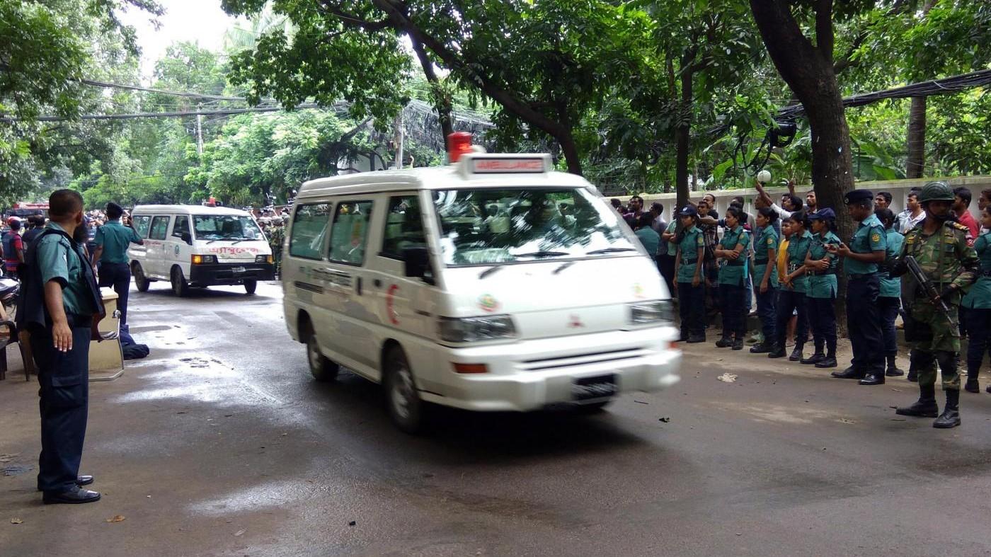 Bangladesh, sopravvissuto ha scoperto il corpo della moglie