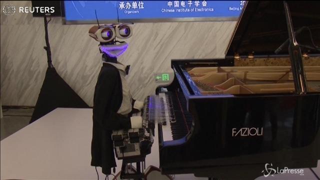 A Pechino in mostra il pianista robot con 53 dita