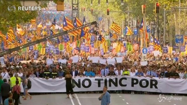 Barcellona in piazza contro il terrorismo, fischi per re Felipe VI