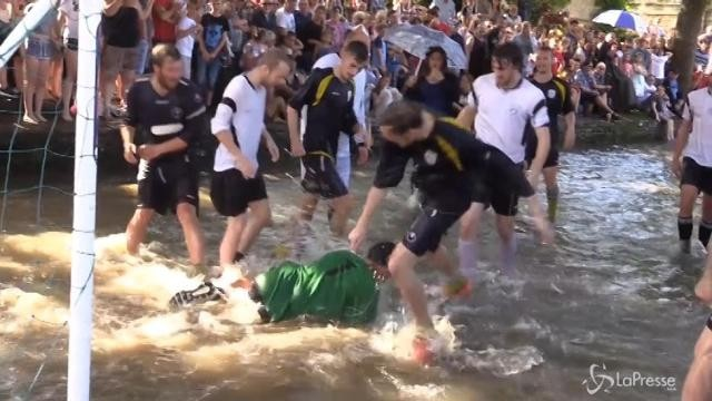 Nel Gloucestershire l'annuale partita di calcio nel fiume