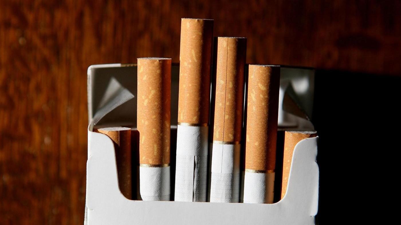 Cinque sigarette inquinano come una locomotiva