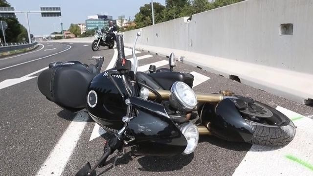 Milano: muore motociclista travolto dalla ruota di un'auto d'epoca