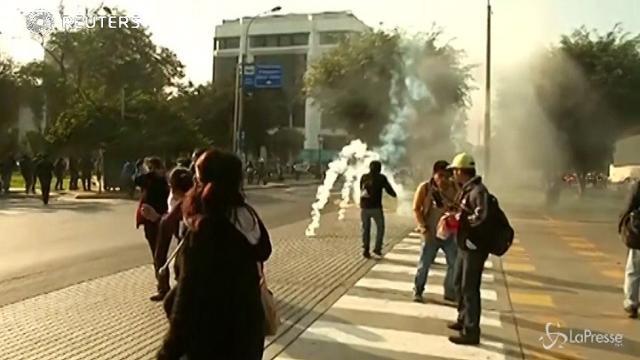 In Perù docenti in rivolta: scontri con la polizia