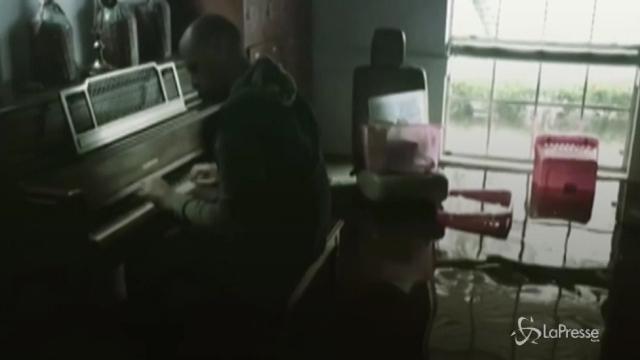 Suona il piano nella casa allagata dalla furia di Harvey